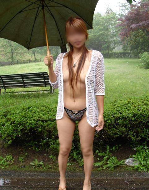梅雨の時期になると増殖する傘持ち露出狂にご注意wwwwwww【画像30枚】27_201604232250049d4.jpg