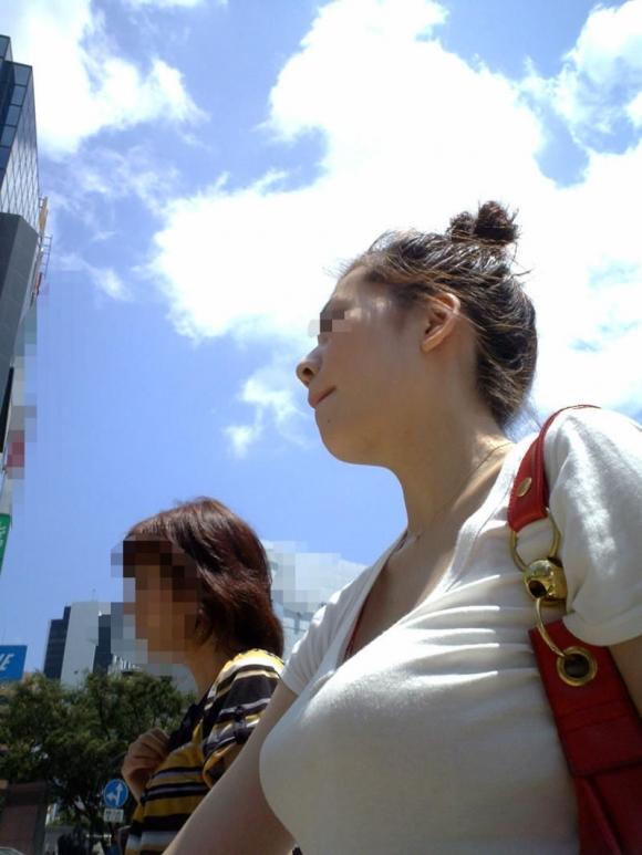 【着衣巨乳】普通の格好してると隠しきれないおっぱいwwwww【画像30枚】27_20160516100355085.jpg
