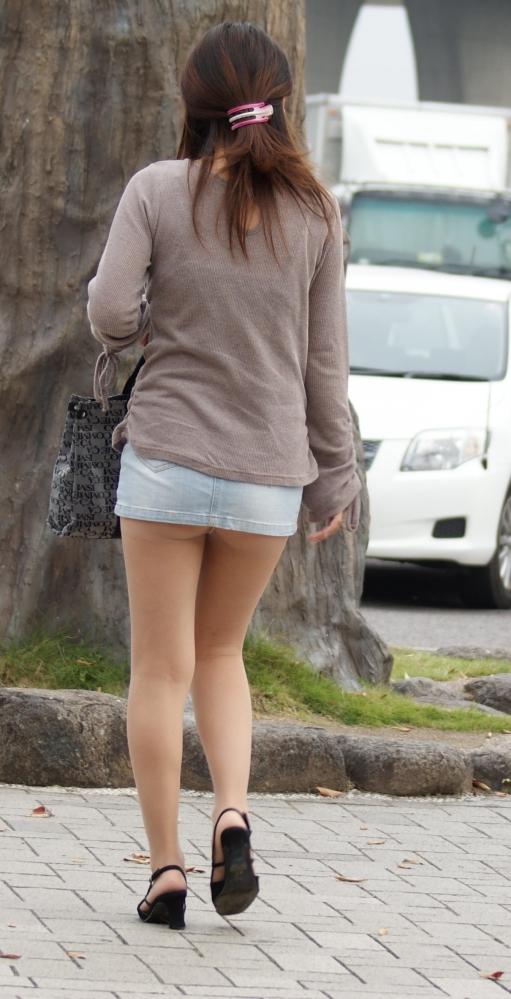 【街撮り】ナンテコッタイwwwパンツ見えそうな服装で外出してる素人が多すぎるwwwwwww【画像30枚】27_201605192215538bb.jpg