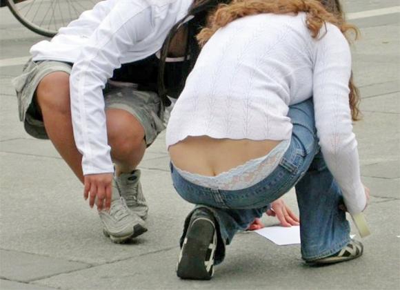 【公然猥褻】公衆の面前でおしりの割れ目が思いっきり見えちゃってる女wwwwwww【画像30枚】27_201607060219142db.jpg