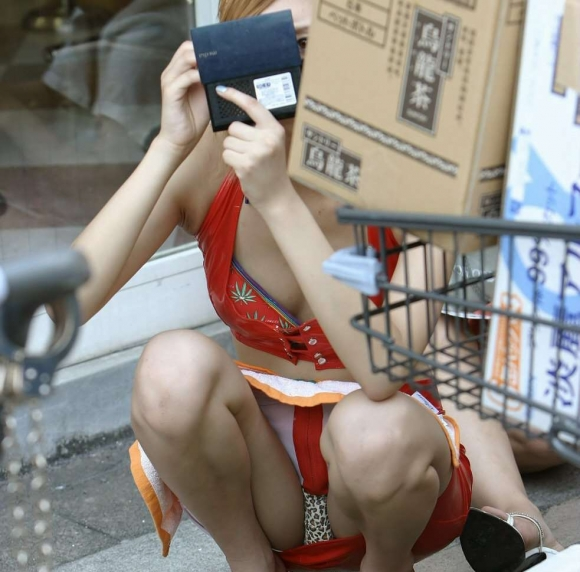 【エロ画像】いつも誰かがスナイパーのようにどこからか狙ってるwwwしゃがみ込み/座り込みパンチラにくれぐれもご注意をwwwwwww28_20151204170924d1f.jpg
