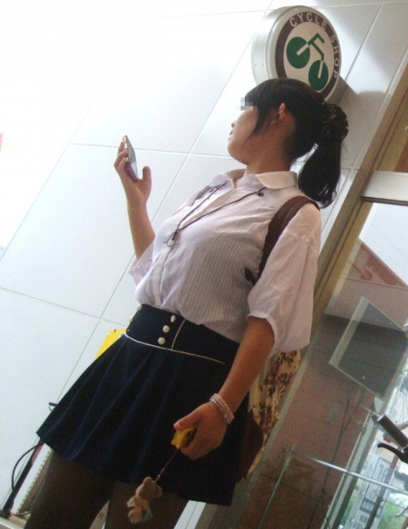 【素人/若い子限定】街で見かけた着衣巨乳女子を抜いた画像を集めましたwwwwwww28_2015120501215327b.jpg