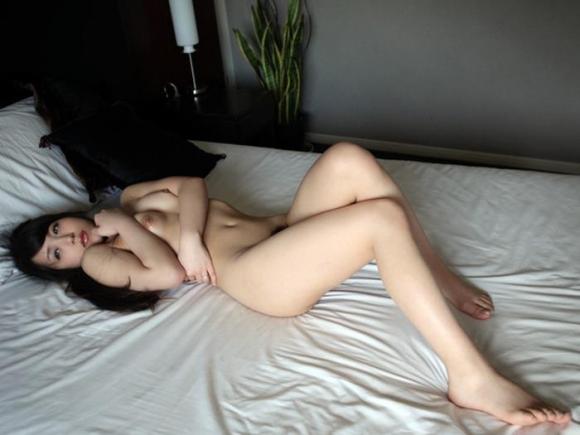 【エロ画像】こんな風にベッドから誘う女を前にしたらチンコフルボッキで襲っちゃうしかないwwwwwww28_20151208035645daa.jpg