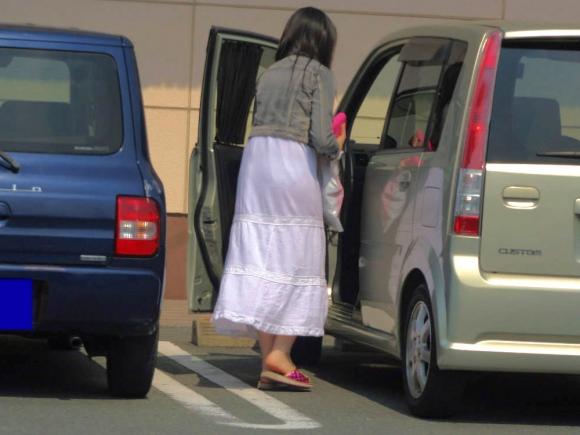 外なのにこんなパンツ透け透け公然猥褻な服装が許されるなんて・・・・・wwwwwww【画像30枚】28_201602252031454b5.jpg