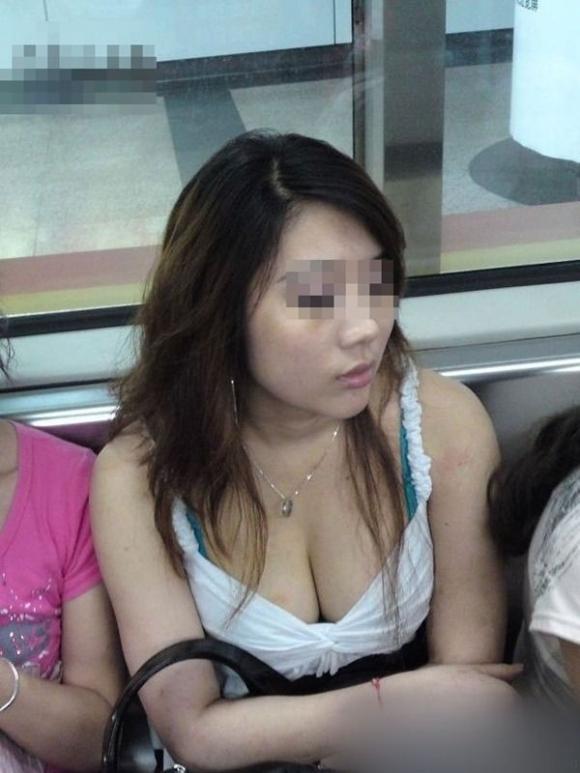 電車内で素人のおっぱいを撮った盗撮画像をくださいwwwww【画像30枚】28_201603072214448c6.jpg