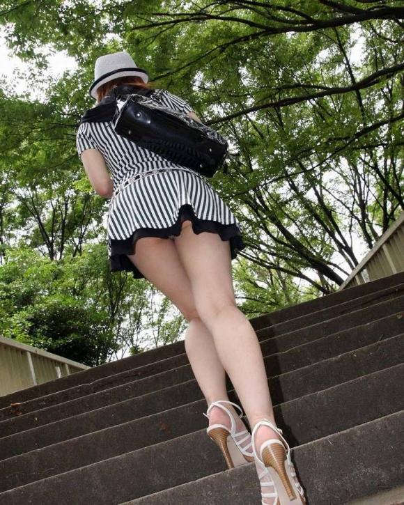 【エロ画像】消音カメラアプリの登場でよく集まるようになった階段/エスカレーターパンチラ画像30枚29_20151205131940ef9.jpg