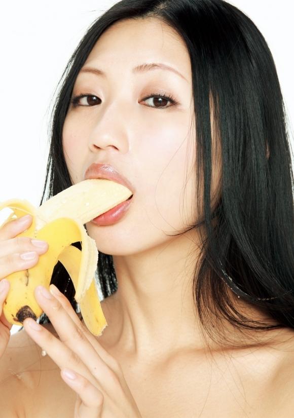 バナナをチンコに見立てた擬似フェラが想像力を刺激してヤバいwwwwwww【画像30枚】29_20151214233203a28.jpg