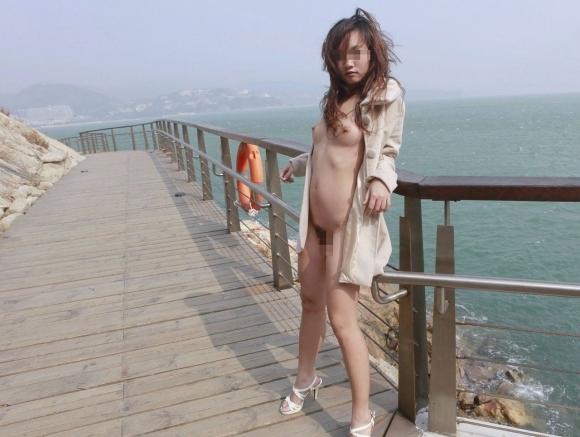 外寒いし見てるこっちが心配になってくる裸コートの露出狂女wwwwwww【画像30枚】29_20151218165719483.jpg