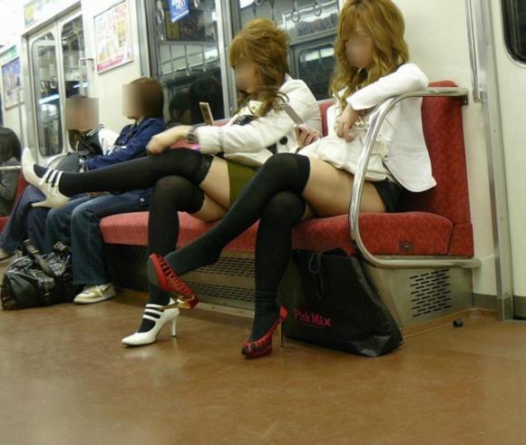 電車内でエロい太ももを曝け出してる女の子の盗撮に成功wwwwwww【画像30枚】29_20160306234446f75.jpg