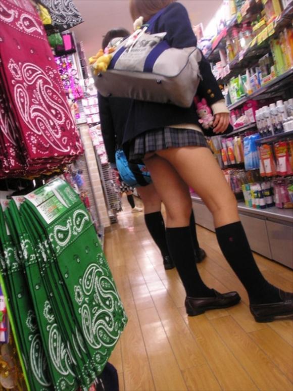 【チラリズム】JKのスカートが短すぎて尻肉チラリが街中で頻発してる件!wwwwwww【画像30枚】29_20160607015113909.jpg