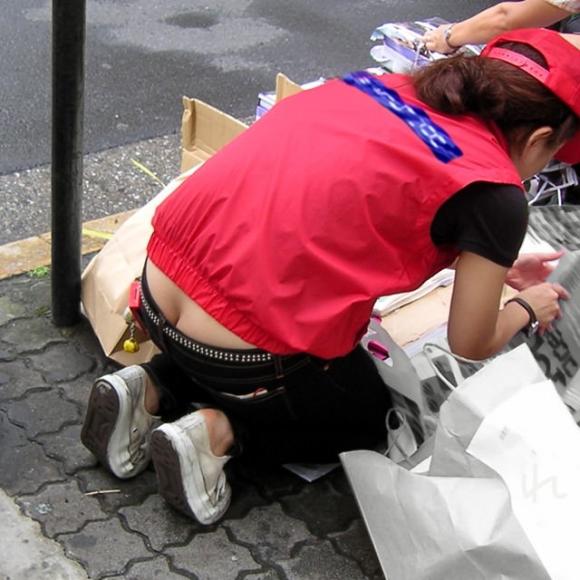 【公然猥褻】公衆の面前でおしりの割れ目が思いっきり見えちゃってる女wwwwwww【画像30枚】29_201607060219162af.jpg