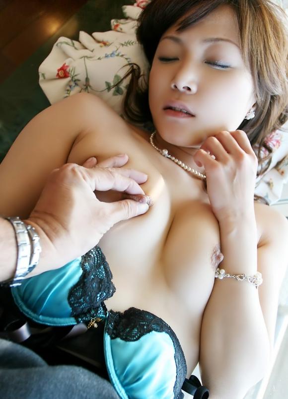 コリコリ乳首摘んで女の子を気持ち良くさせる方法を伝授wwwww【画像30枚】30_20160602114617533.jpg