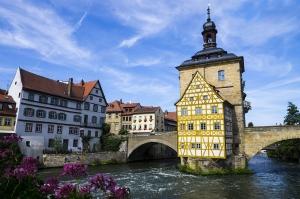 Bamberg_town_hall_from_opposite_bridge.jpg