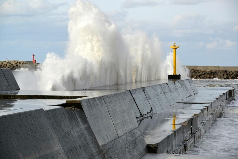 防波堤の波-1