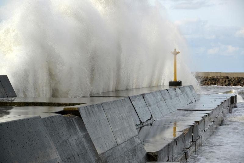 防波堤の波-3