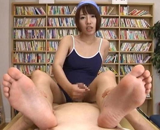 手コキテクがヤバすぎるロリ系JKが淫語と上履きコキ責めの脚フェチDVD画像5