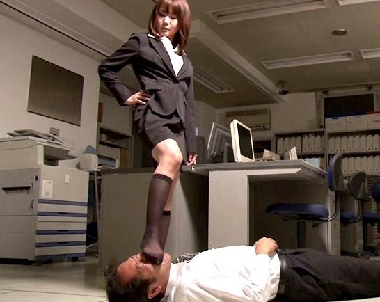 黒ソックスを履いた痴女2人組みの蒸れ蒸れ強烈足コキの脚フェチDVD画像2