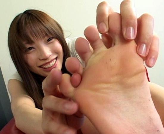 素人女子が自らの臭過ぎる足裏を嗅ぎまくるフェチ動画の脚フェチDVD画像2