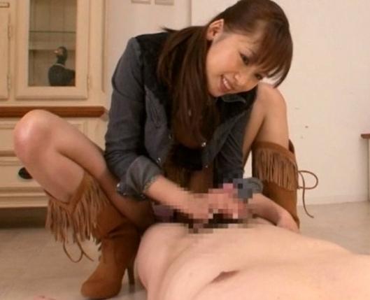 長身痴女が早漏チ●ポを足コキしながら乳首責めの脚フェチDVD画像3