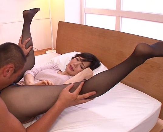 むっちりした黒ストッキングが最高にエロいお姉さんの着衣SEXの脚フェチDVD画像2