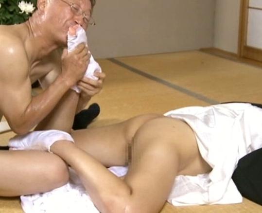 鬼畜な足フェチ男に足臭を嗅がれ舐められ犯される女達の脚フェチDVD画像5