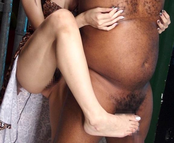 黒人のデカマラを巨乳痴女が凄テク足コキで責めまくるの脚フェチDVD画像5