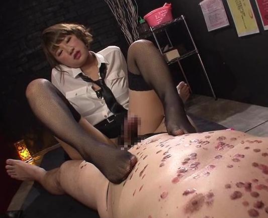 ドSな風俗嬢にブーツで踏まれパンスト足コキや手コキで男潮の脚フェチDVD画像6