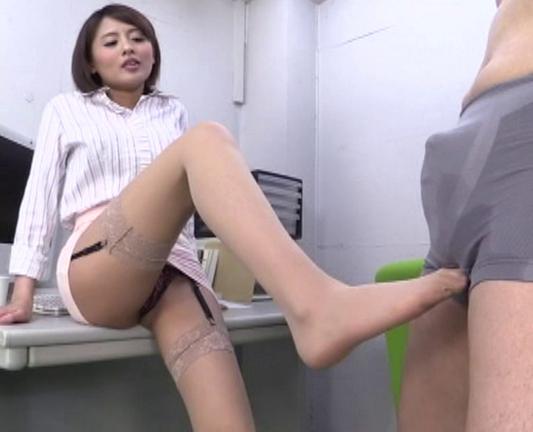 痴女で美脚な淫乱お姉さんがガーターストッキングで足コキ抜きの脚フェチDVD画像2