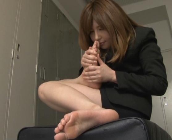 お姉さんの足裏をクンクン嗅いでペロペロしゃぶる足フェチ動画の脚フェチDVD画像3