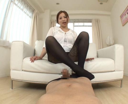 エロお姉さんが足臭漂う黒パンストの足裏で焦らす足コキ責めの脚フェチDVD画像5