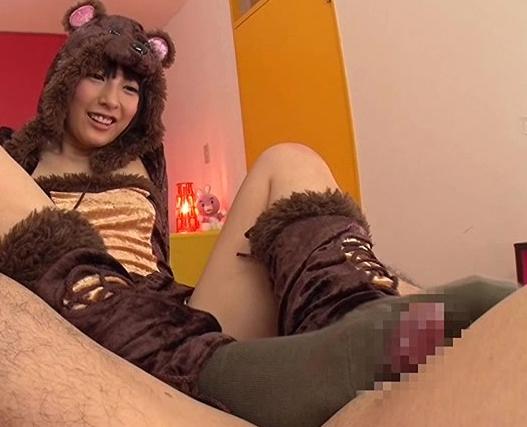 コスプレ美少女アイドルが足コキで扱いてザーメンごっくんの脚フェチDVD画像4
