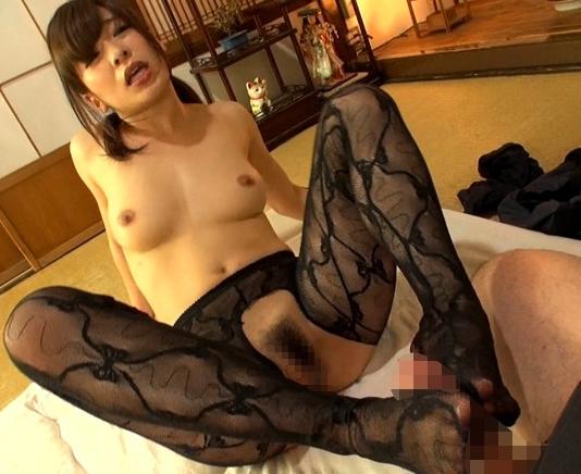 ムチ尻の人妻が極上の足コキとパンスト着衣SEXで中出し抜きの脚フェチDVD画像5