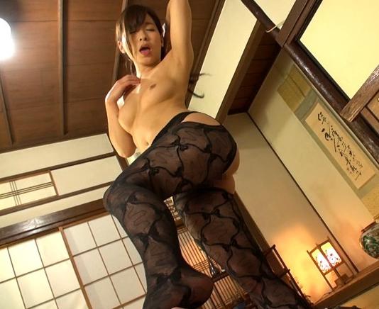 ムチ尻の人妻が極上の足コキとパンスト着衣SEXで中出し抜きの脚フェチDVD画像4