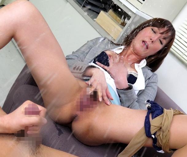 熟女教師がヒールコキとパンスト足コキで誘惑し中出しでイキ潮の脚フェチDVD画像1