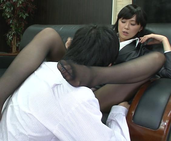 ドエスな痴女OLに淫語で罵倒されながら足コキ抜きされるの脚フェチDVD画像2