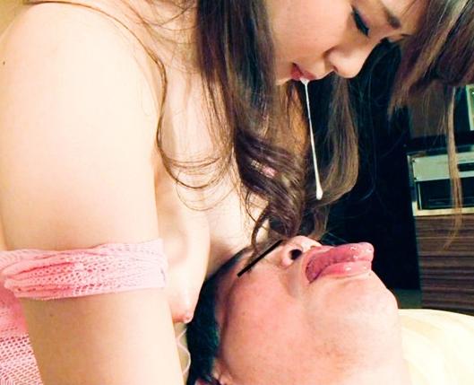 潮吹き美少女がM男にヨダレを飲ませながら網タイツ足コキの脚フェチDVD画像4