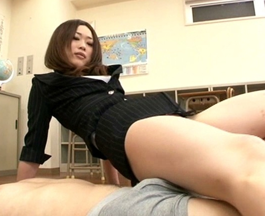臭い足臭を嗅がせ蒸れた足指を強制足舐めさせる女教師の脚フェチDVD画像2