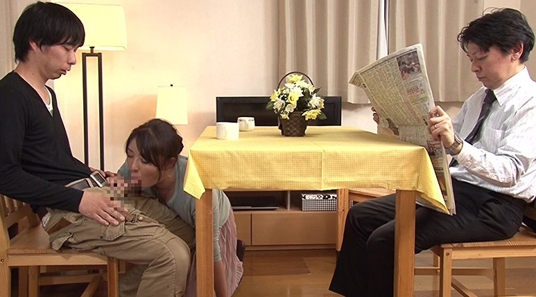 母親と息子が机の下でこっそり近親相姦ゲームの脚フェチDVD画像5