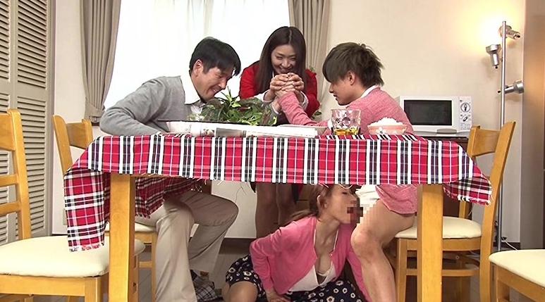 母親と息子が机の下でこっそり近親相姦ゲームの脚フェチDVD画像1