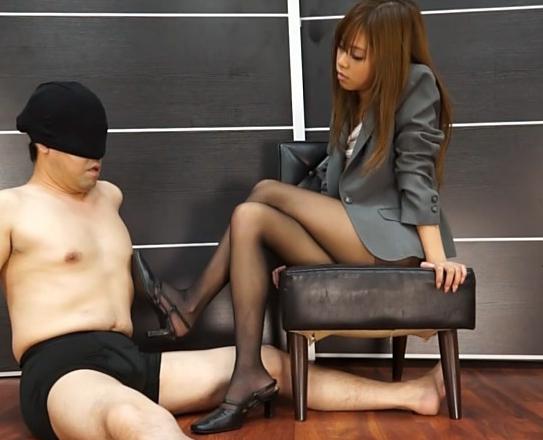茶髪秘書がペディキュアを塗ったエロい黒パンスト爪先で足コキの脚フェチDVD画像1