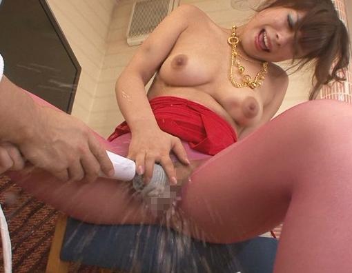 マッサージ師の藤崎クロエが客に無理矢理足コキさせられるの脚フェチDVD画像5