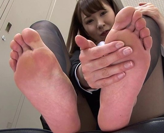 可愛い女子校生の蒸れて臭い素足の足臭を嗅いで舐めるの脚フェチDVD画像4