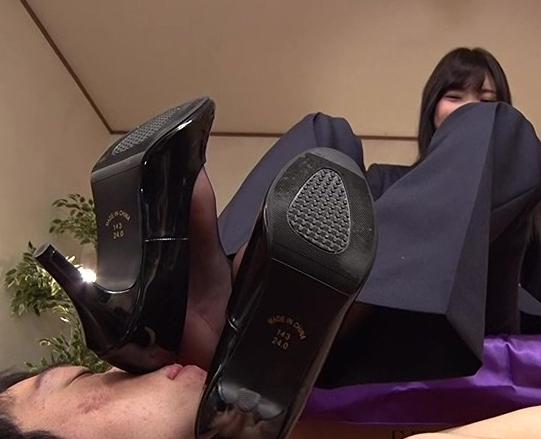 可愛い女子校生の蒸れて臭い素足の足臭を嗅いで舐めるの脚フェチDVD画像5