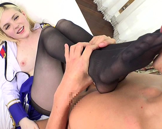 女剣士の白人レイヤーが黒パンスト美脚で足コキ責めの脚フェチDVD画像6