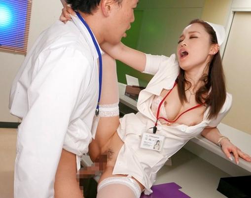 患者のチ●ポを凄テクフェラで抜きまくる痴女ナースの足コキの脚フェチDVD画像5