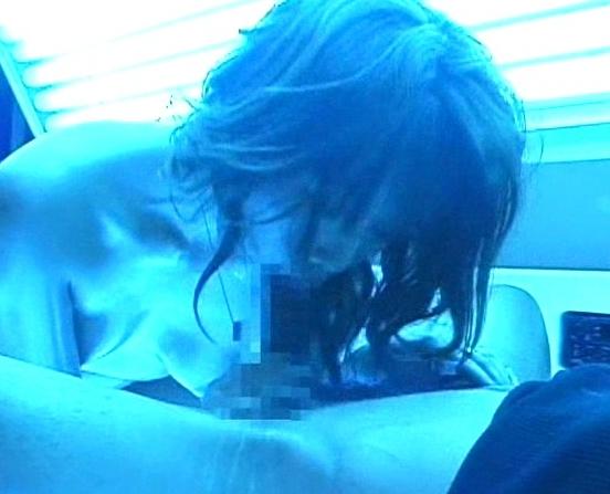 ビッチギャルが日サロで足コキ援交しているのでこっそり盗撮の脚フェチDVD画像2