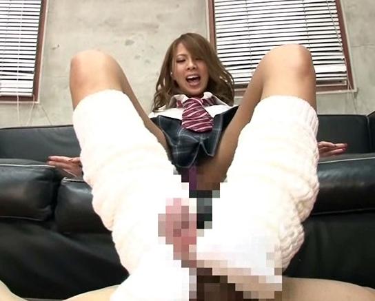 黒ギャルビッチの希咲エマが制服ルーズソックスで足コキの脚フェチDVD画像4
