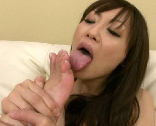 自分の生裏を匂って舐める変態女がブーツコキやパンスト足コキの脚フェチDVD画像1