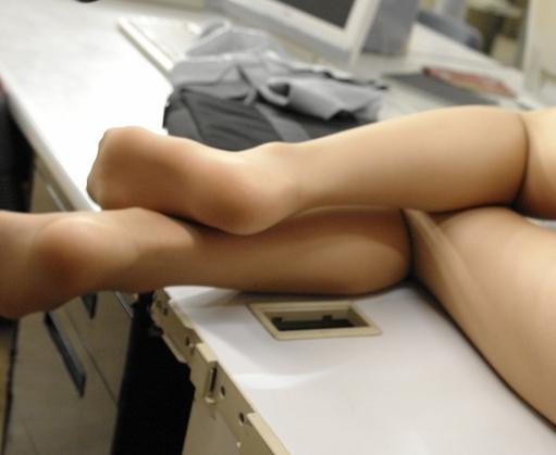 綺麗なOLのパンスト美脚をペロペロ舐めて足コキ&着衣挿入の脚フェチDVD画像5