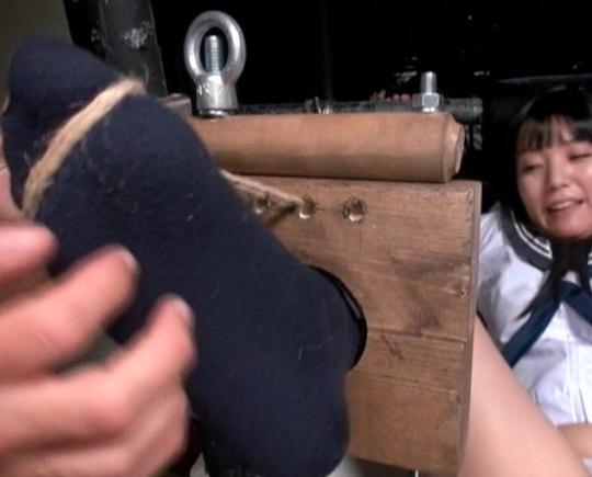 女子校生が拘束され足裏を永遠にくすぐられ・・・アヘ顔絶頂の脚フェチDVD画像2